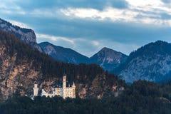 deutschland Berühmtes Neuschwanstein-Schloss im Hintergrund von Bergen und von Bäumen stockfoto