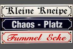 """Deutschland, Bremen, Nov. †2007 """"drei Straßenschildplatten mit lustigen Namen in der deutschen Sprache Es bedeutet kleine Gin-M stockbild"""
