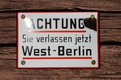 """Deutschland, Bremen, Nov. †""""Warnzeichen-Platte Aufmerksamkeit 2007 verlassen Sie jetzt Westberlin in deutsche Sprache Historisc stockfoto"""