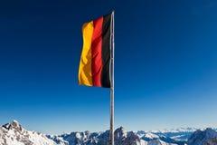 Deutschland-Flagge in den Bergen Lizenzfreies Stockfoto