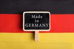 Deutschland-Flagge und -tafel mit dem Text hergestellt in Deutschland stockfotos