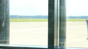 Deutschland- - Hamburg-Flughafen - September 2015 - Flugzeugrollen, zum einer Fliege zu beginnen stock video footage