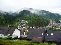 deutschland Hornberg Das Dorf in der Schlucht Forest Hills Hängende Wolken lizenzfreie stockbilder