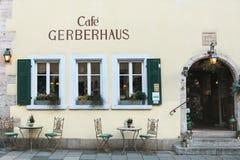 Deutschland, Rothenburg-ob der Tauber, am 30. Dezember 2017: Gerberhaus-Café oder streetside Café mit Tabellen und Stühlen stockfotografie