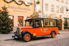 Deutschland, Rothenburg-ob der Tauber, am 30. Dezember 2017: Verziert in einem Weihnachtsartauto nahe bei einem Spielzeugsladen k Lizenzfreie Stockbilder
