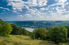 Deutschland-Sommerlandlandschaft mit Wiese, Wald und einem Fluss, Hintergrund Stockfotografie
