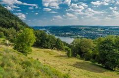 Deutschland-Sommerlandlandschaft mit Wiese, Wald und einem Himmel, Hintergrund Stockfotos