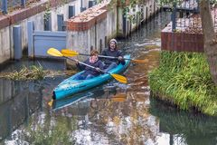 Deutschland, Spreewald - 10/21/2017: Entspannende Bootfahrt am Wochenende Ein Mann und eine Frau rudern auf einem Kajak Der Charm stockfoto