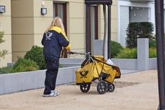 Deutschland - typischer deutscher Postwoman Lizenzfreie Stockfotos