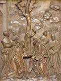 维也纳-耶稣愈合从条顿人命令或Deutschordenkirche的教会的后部的妇女石头安心 免版税图库摄影