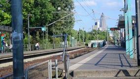 Deutschzüge, die zu Station verlassen und kommen stock footage