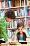 Deux à la bibliothèque Photo stock