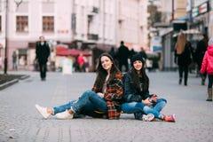 Deux à la mode et planchistes de filles de rue à la mode plaisantant et souriant Photographie stock