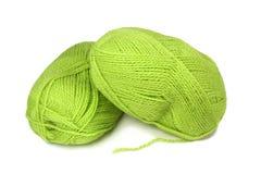 Deux écheveaux de filé de laines vert. Photos stock
