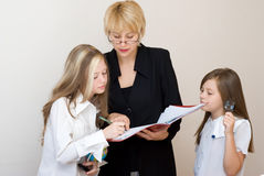 Deux écolières avec le teache Image stock