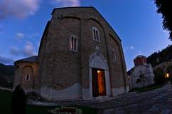 Deux églises à l'intérieur de monastère de Studenica pendant la prière du soir Photographie stock