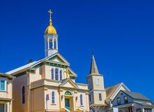 Deux églises avec le beffroi, le Steeple et les croix Images libres de droits