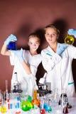 Deux élèves à la leçon de chimie photo libre de droits
