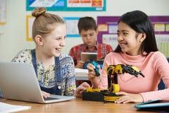 Deux élèves féminins dans la leçon de la Science étudiant la robotique photo stock