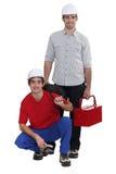 Deux électriciens travaillant ensemble Photo stock