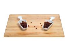Deux épuisettes des raisins secs Photos stock