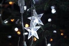 Deux étoiles sur un arbre de Noël Image libre de droits