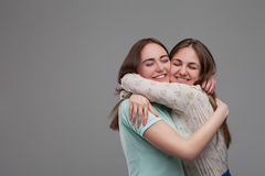 Deux étreintes heureuses d'amies ensemble Photos libres de droits