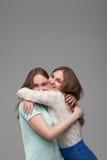 Deux étreintes heureuses d'amies ensemble Images libres de droits