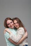 Deux étreintes heureuses d'amies ensemble Images stock
