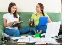 Deux étudiantes étudiant à la maison Photos libres de droits