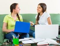 Deux étudiantes étudiant à la maison Image stock