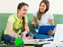 Deux étudiantes étudiant à la maison Image libre de droits