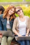 Deux étudiantes avec des ordinateurs portables Photo stock