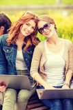 Deux étudiantes avec des ordinateurs portables Image stock