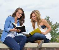 Deux étudiantes ensemble sur le campus Images libres de droits