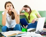 Deux étudiantes mélancoliques Photo stock