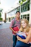 Deux étudiants à l'école image stock
