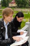Deux étudiants étudiant à l'extérieur Photographie stock libre de droits