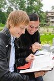 Deux étudiants étudiant à l'extérieur Images libres de droits