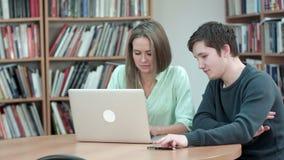 Deux étudiants étudiant ensemble utilisant l'ordinateur portable clips vidéos