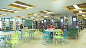 Deux étudiants apprennent dans la bibliothèque banque de vidéos