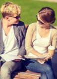 Deux étudiants avec des livres, des carnets et des dossiers Photographie stock libre de droits