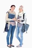 Deux étudiants avec des livres se sont préparés à l'hiver Image stock