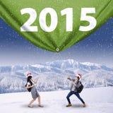 Deux étudiants avec le numéro 2015 en hiver Image stock