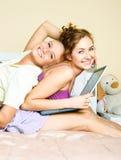 Deux étudiants avec un ordinateur portatif Photo stock