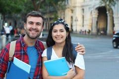 Deux étudiants de métis souriant dehors photo libre de droits