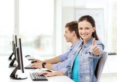 Deux étudiants de sourire dans la classe d'ordinateur Photo stock