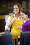 Deux étudiants féminins restant dans la bibliothèque Photographie stock libre de droits