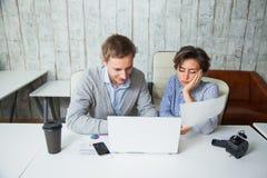 Deux étudiants fatigués coopèrent travail d'équipe d'affaires de bureau de travail ensemble Image stock