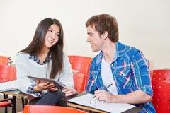 Deux étudiants flirtant dans une salle de classe Photos libres de droits
